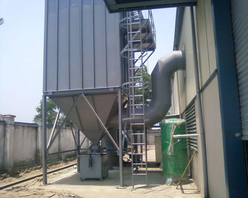 Hệ thống hút bụi là dòng sản phẩm thiết yếu cần lắp đặt trong bất cứ nhà máy, xí nghiệp nào để bảo vệ môi trường cùng sức khỏe công nhân viên, phòng tránh ô nhiễm do khói bụi công nghiệp, rác thải công nghiệp…. gây ra. Lúc này sử dụng hệ thống hút bụi công nghiệp cũng giúp giảm thiểu tối đa những chất thải công nghiệp tràn ra ngoài môi trường, góp phần bảo vệ môi trường hiệu quả hơn hẳn. 1., Tầm quan trọng của hệ thống hút bụi công nghiệp Trong thời điểm nền công nghiệp trong nước ngày càng phát triển, công nghệ tiên tiến khiến cho hàng loạt khu công nghiệp, nhà máy được mở cửa và đi vào hoạt động, điều này dẫn tới hệ lụy kèm theo chính là khiến lượng rác thải gây ô nhiễm môi trường tràn lan ra ngoài nhiều hơn. Chính vì vậy vào thời điểm này, việc bảo vệ môi trường chính là vấn đề thiết yếu cần chú trọng, trong đó việc suwr dụng hệ thống hút bụi công nghiệp là giải pháp tối ưu để hạn chế các chất thải công nghiệp, khói bụi công nghiệp tràn ra ngoài môi trường, hạn chế gây ô nhiễm cho môi trường sống của người dân. 2. Nên chọn hệ thống hút bụi nào cho nhà máy ? Tất nhiên bất cứ một nhà máy, xí nghiệp sản xuất nào khi đi vào hoạt động đều cần lắp đặt một hệ thống hút bụi hoàn chỉnh, trong đó việc tìm chọn một hệ thống hút bụi phù hợp là hết sức cần thiết. Đặc biệt trên thị trường hiện nay cũng có không ít các hệ thống hút bụi đa dạng, phù hợp với từng mục đích ản xuất riêng của các nhà mày, trong đó các nhà máy cùng với khu công nghiệp sản xuất gỗ thường có hệ thống hút bụi gỗ, còn với những nhà máy chuyên sản xuất vật liệu xây dựng thường có những hệ thống hút bụi riêng cho ngành sản xuất vật liệu xây dựng, ngành cơ khí – sắt thép sẽ có hệ thống hút bụi ngành cơ khí – sắt thép… Tùy theo từng hoạt động của mỗi ngành sẽ có hệ thống hút bụi riêng mà bạn có thể lựa chọn, đảm bảo tối đa hạn chế khí bụi phát tán ra ngoài môi trường. 3. Lắp đặt hệ thống hút bụi tại cơ điện lạnh NP có lợi ích gì ? Việc lắp đặt hệ thống hút bụi tại cơ điện lạnh NP giúp khách hàng có thể tiết 